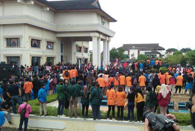 Demo Tolak Omnibus Law Ricuh di Jambi, Mahasiswa Minta DPR Minta Maaf