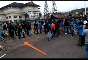 Aksi penolakan UU Cipta Kerja, Kamis (8/10/20) berlangsung di 2 titik di Kota Jambi. Mulai memanas, massa jebol pagar DPRD Provinsi.