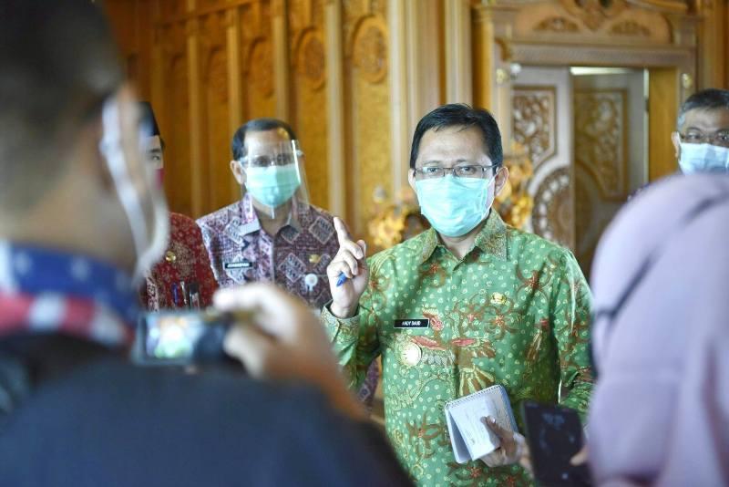 Penjabat sementara (Pjs) Gubernur Jambi menyatakan dukungan untuk kesembuhan Bupati Muaro Jambi, Hj.Masnah Busro yang terkonfirmasi Covid-19.