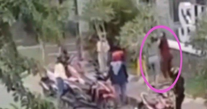 Beredarnya sebuah video di media sosial yang memperlihatkan dua orang emak-emak yang sedang baku hantam di depan sebuah mall Foto : Istimewa, Gara gara pesanan online