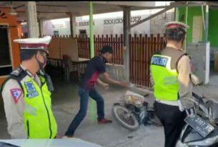 Kejadian unik terjadi ketika Satuan Polisi Lalu Lintas (Satlantas) Polres Karimun menggelar Operasi Zebra 2020. Terjaring Operasi Zebra, pria ini nekat hancurkan motornya.
