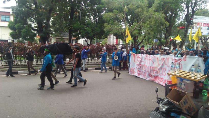 Tolak UU Ciptaker mahasiswa PMII bawa keranda ke DPRD Provinsi Jambi, Jumat (9/10/20) pagi. Aksi penolakan Omnibus Law ini, mereka baca yasin dan tahlil.