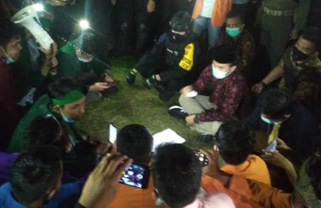 Demo UU Cipta Kerja di Jambi, Mahasiswa Bertahan Hingga Malam