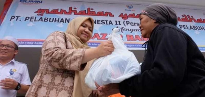 Bupati Muaro Jambi, bagikan bantuan Sembako sebanyak 100 paket sembako. Di Desa Mendalo Laut Kecamatan Jaluko Muaro Jambi, Jumat (28/8) pagi.