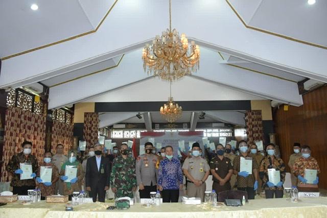 Bupati Batang Hari, Ir.H.Syahirsah, Serahkan 1.332 sertifikat tanah kepada masyarakat di Ruang Kaca Rumah Dinas Bupati Batang Hari, pada Senin (09/11) pagi.