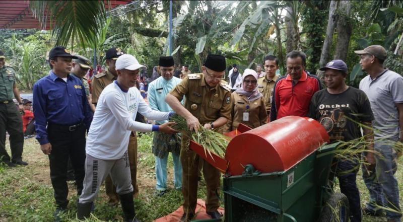 Disinggungnya persoalan pupuk, Cagub CE (Cek Endra) menyatakan ketersediaan akan sampai ke tangan petani.Sektor pertanian diakui Cagub.