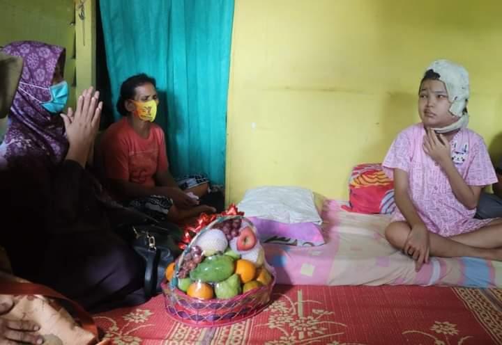 Jiwa sosial Rosita Endra, Istri dari calon gubernur Jambi di Pilgub Jambi mendatang, memang tak di ragukan lagi. Betapa tidak, mengetahui ada warga yang sakit, Ia pun langsung berikan santunan pada gadis penderita Tumor Otak di Jambi.