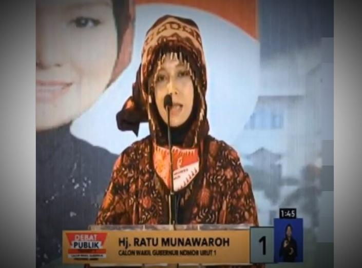Cawagub Jambi Ratu Munawaroh Zulkifli tampil mempesona, dan memukau dalam debat kandidat Cawagub Jambi sesi kedua, Sabtu (21/11/2020). Saking cinta nya akan budaya Merangin, Ia bahkan kenakan tengkuluk Renah Pembarab.