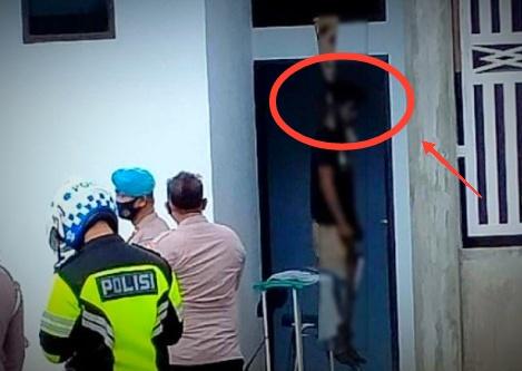 Masyarakat setempat di buat geger, dengan penemuan oknum seorang polisi yang tewas gantung diri, di belakang rumahnya, pada Senin kemarin (23/11/2020).