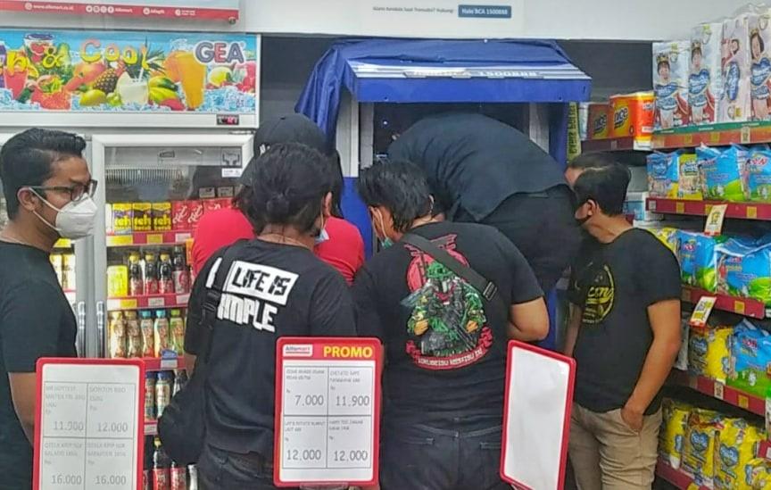 Isi dalam mesin di ATM BCA di Minimarket nyaris Ludes, Komplotan Pembobol ATM di Jambi, saat ini jadi buronan polisi.