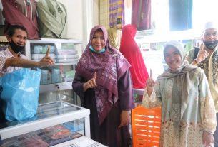 Kehadiran Rosita Endra, istri Cagub Jambi Cek Endra (CE) di Toko Azzahra untuk berbelanja perlengkapan ibadah. Ternyata juga menyedot perhatian dari masyarakat dan pedagang di sana.