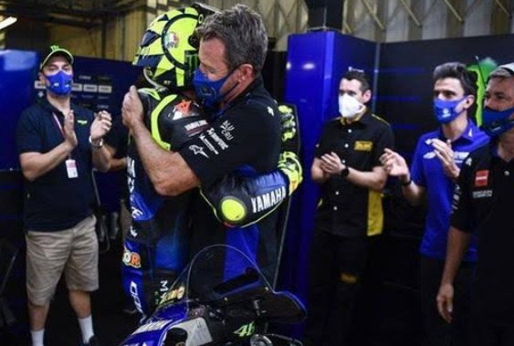 Belasan tahun sudah kebersamaannya, namun usai balapan terakhir musim 2020, akan menjadi momen perpisahan Valentino Rossi dan Energy Yamaha.