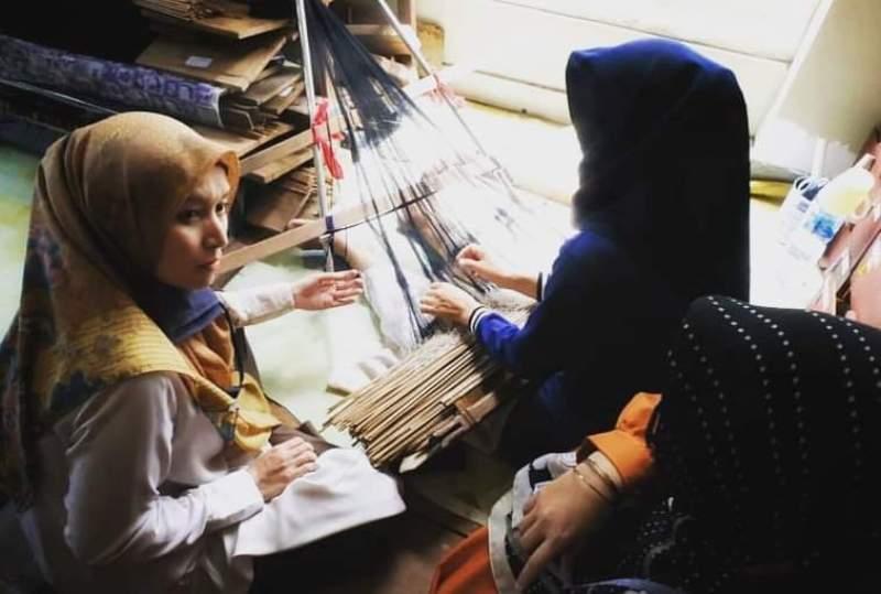 Selain Batik, Cawagub Jambi Ratu Munawaroh juga tertarik kembali untuk mengembangkan kain songket Jambi. Hal ini tak terlepas dari bahwa