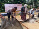 Bupati Masnah Busro, Jumat (27/11/20) turun ke desa. Serahkan bantuan, Bupati dan Kapolres panen ikan di Desa Keranggan, Kecamatan Sekernan.