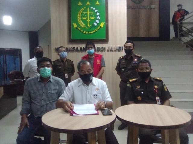 Kasus korupsi proyek auditorium UIN Jambi yang merugikan anggaran hingga belasan miliar. Berdasarkan surat penyidikan Kejaksaan Tinggi Jambi.