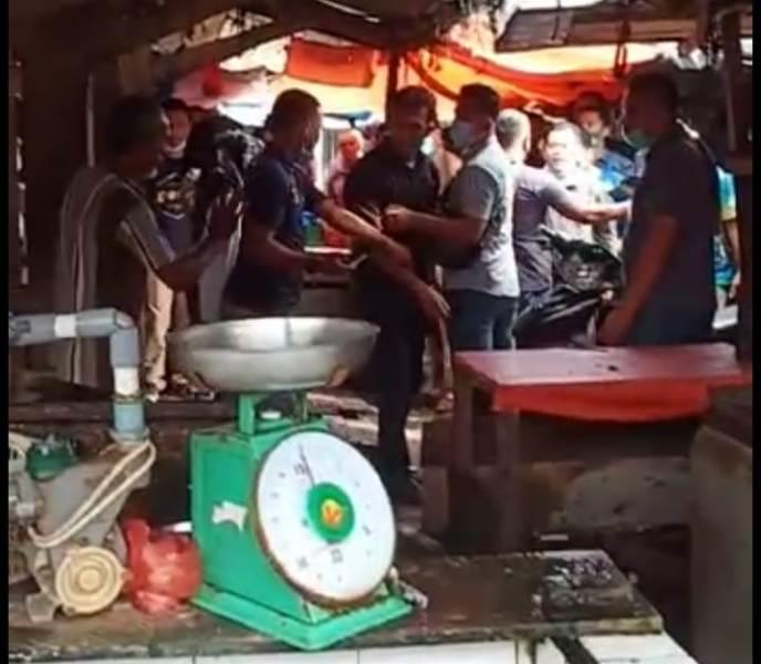 Timses Cagub no urut 3 Al Haris hampir bentrok dengan salah satu pedagang ikan, saat melakukan blusukan di pasar atas Sarolangun.