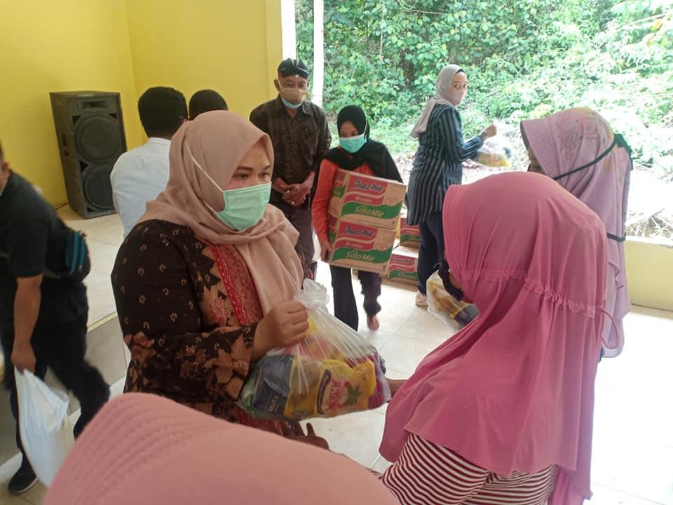 Bantuan terus disalurkan Bupati Muaro Jambi. Sabtu (21/11/20) Bupati bagikan bantuan di Desa Danau Sarang Elang sekaligus sumbang Musola.
