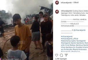 Baru saja terjadi, gudang Kopra atau Kelapa di kawasan Telanaipura Kota Jambi ludes terbakar, Sabtu (26/12/2020). Hal ini pun sontak gegerkan warga setempat.