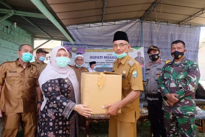 Kembali turun ke desa, Selasa (1/12/20) Bupati Muaro Jambi, Hj Masnah Busro bagikan bantuan sembako dan masker. Tak hanya itu, Bupati juga kabulkan har