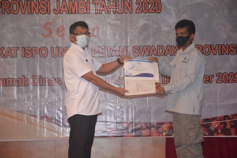 BERITA JAMBI - Serta penyerahan Sertifikat ISPO (Indonesian Sustanable Palm Oil) yang di berikan untuk Petani Swadaya Sawit Provinsi Jambi.