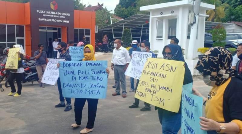 Terkait pelanggaran Pemilu beberapa waktu silam, Sekelompok massa yang mengatasnamakan Ampuh menggeruduk kantor Bawaslu Provinsi Jambi.