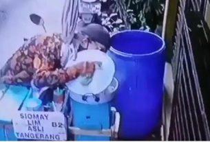 eorang penjual siomay tertangkap kamera CCTV sedang meludahi bumbu kacang dan siomay dagangannya. Aksi joroknya ini viral di media sosial.