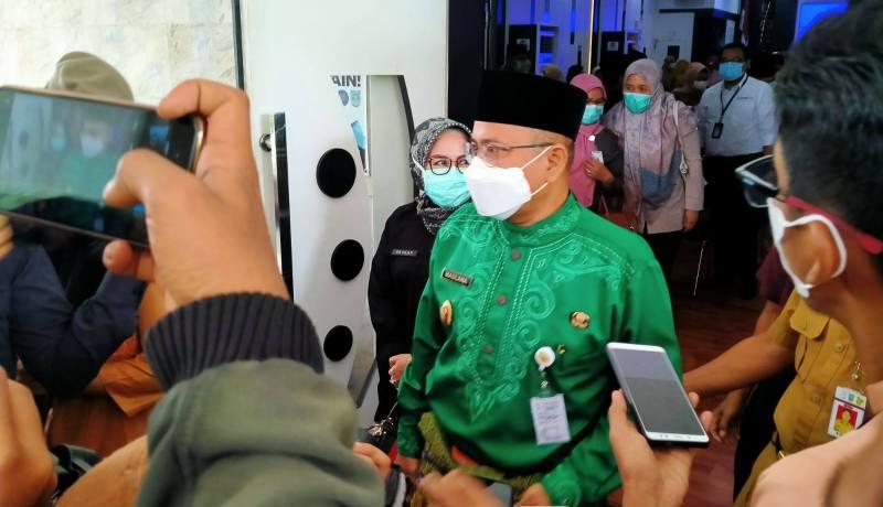Bertempat di Aula Bappeda Kota Jambi, Senin (11/1/21) rapat Persiapan Pencanangan Vaksin Covid-19 di gelar. Dalam rapat ini, Wawako Maulana menyampaikan tak bisa ikut vaksin di awal.
