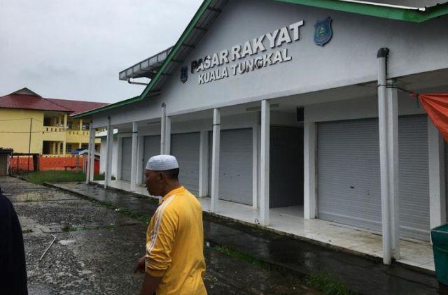Meski telah di resmikan oleh Bupati, keberadaan bangunan baru pasar rakyat di parit 1 Kuala Tungkal, masih menjadi polemik antar pedagang dan juga Pemkab Tanjabbar.