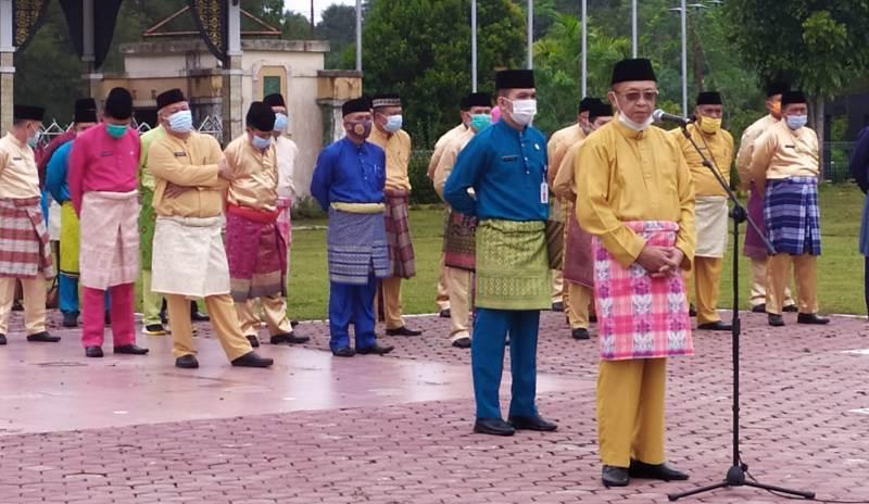 Dalam Apel perdana ini, tampak Bupati Sarolangun H Cek Endra, mengenakan pakaian khas Jambi yaitu Teluk Belango.