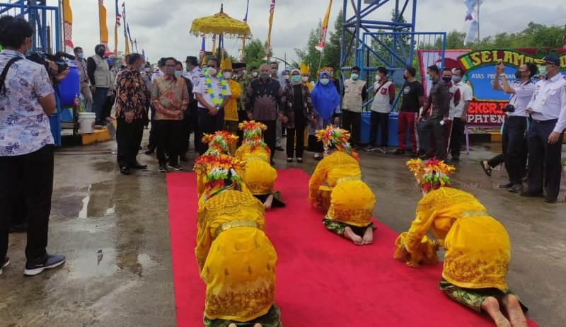 Bupati Tanjabbar, H Saftial bersama Dirjen Hubdat Kemenhub RI Budi Setiyadi resmikan Pelabuhan Roro Roll On Roll Off di Kuala Tungkal,