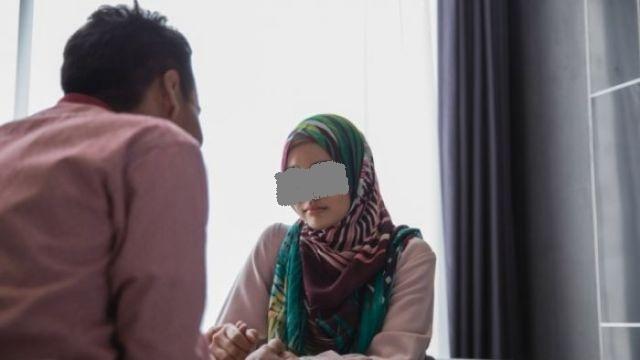 Entah apa yang merasuki wanita ini, Minggu (03/01/2021) setelah di imingi-imingi harta oleh pria yang tak lain adalah selingkuhannya. Seorang istri nekat gugat cerai sang suaminya.