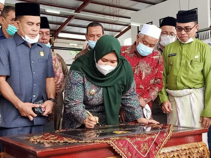 Lama sudah di nantikan, Kamis (14/1/21) Bupati Muaro Jambi, Hj Masnah Busro resmikan Pasar Sengeti. Di gagas Ahmad Ripin, mantan bupati, tempat jual beli tradisional itu di wujudkan Masnah.