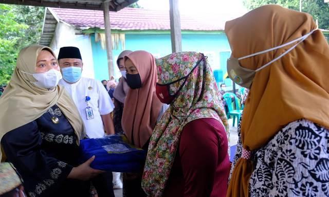 Bertempat di Balai Desa Talang Duku, Kecamatan Taman Rajo, Jumat (22/01/2021) Bupati bagikan bantuan sembako secara simbolis. Ia berharap, warga tetap menjaga protokol kesehatan.