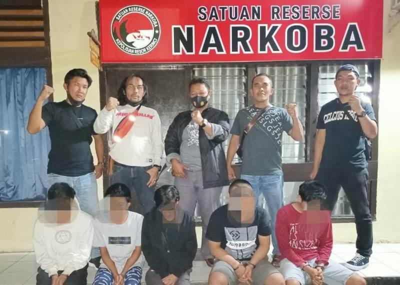 Jajaran Satrenarkoba Polres Kerinci. Dalam modus kali ini, pengedar melakukan transaksi narkoba dengan sistem online di Kerinci.