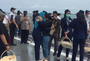 Suasana duka saat kegiatan tabor bunga penghormatan terakhir, untuk korban tragedy jatuhnya pesawat Sriwijaya SJ 182, Jum'at (22/01/2021).