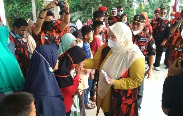 Setelah duduk berkumpul bersama masyarakat dalam acara syukuran di Desa Senaung, Bupati Muaro Jambi Masnah Busro, langsung bergegas menghadiri pelantikan BPC HIPMI Muaro Jambi, Rabu (20/01/2021).