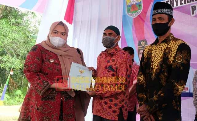 Tak kenal lelah, melangkah dari satu desa ke desa yang lain, Bupati Muaro Jambi Hj Masnah Busro Hari ini, Senin (18/01/2021) kembali menyerahkan sertifikat tanah di 2 desa.