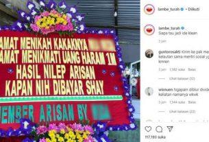 Mengirim karangan bunga dengan ucapan selamat di pernikahan sangat biasa, tetapi tidak dengan yang satu ini. Tengah viral di media sosial, sebuah karangan bunga yang isi pesannya tagih uang arisan.