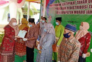 Bupati Muaro Jambi, Hj Masnah Busro, Senin (18/1/21) siang menyerahkan secara simbolis sertifikat gratis di Desa Tantan, Kecamatan Sekernan. Masnah juga sekaligus resmikan Pasar Desa Tantan.