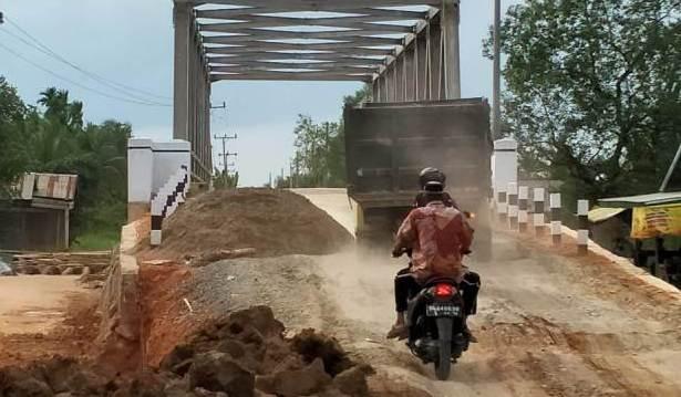Pembangunan proyek jembatan Provinsi di desa Suak Samin, Kecamatan Pengabuan, Kabupaten Tanjabbar ini di sorot, Senin (18/01/2021).