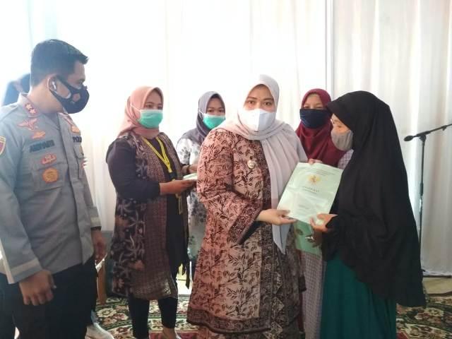 Bupati Muaro Jambi, Hj Masnah Busro serahkan sertifikat tanah gratis secara simbolis di Balai Desa Kebun Sembilan, Kecamatan Sungai Gelam, Kamis (21/01/2021) Pagi.