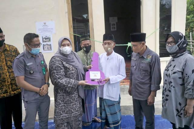 Tak kenal lelah, meski di hari libur Bupati Masnah, tetap resmikan bedah rumah, Sabtu (23/01/2021). Di Rt 01 Kelurahan Jambi kecil, Kecamatan Maro Sebo.