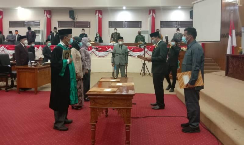 Bunga Fitrianingsih dan Dra Jamilah, 2 srikandi yang di lantik menjadi anggota DPRD Tanjabbar mengucapkan PAW dalam rapat paripurna Istimewa,