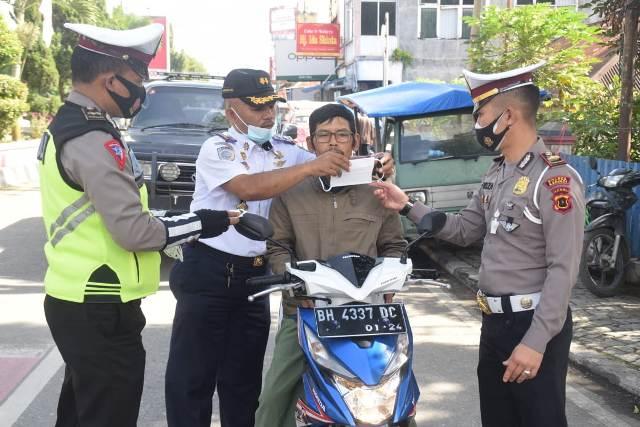 Sebagai upaya pencegahan penyebaran wabah Covid-19, Satlantas Polres Kerinci bagikan masker ke pengguna jalan, Rabu (03/02/2021).