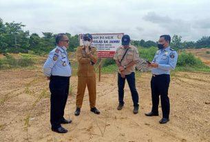 Kepala Lapas (Kalapas) di dampingi Kadis PUPR Muaro Jambi tinjau langsung lokasi lahan pembangunan lapas baru yang ada di Muaro Jambi, Senin (8/2/2021).