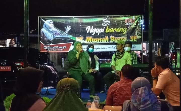 Usai resmikan Meet Up Cafe kawasan Mendalo, Rabu (17/02/21) Bupati Masnah menggelar diskusi santai bersama muda-mudi, dan mahasiswa di Jambi.
