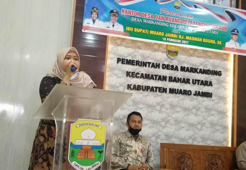 Tak lelah, Bupati Masnah kali ini resmikan kantor Desa Markanding serta bagikan bantuan di Kecamatan Bahar Utara, Kamis (18/02/2021).