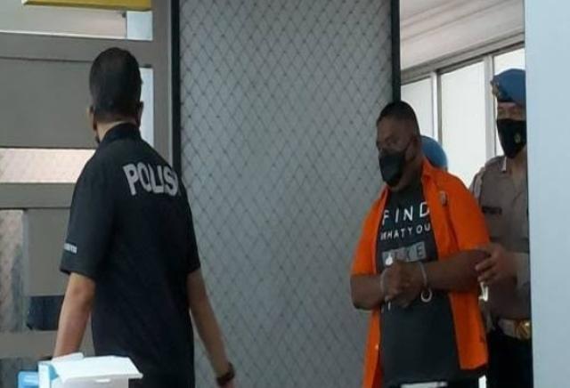 Dalam keadaan mabuk, seorang oknum polisi nekat tembak TNI AD dan warga sipil. Hal ini di duga karena tak terima, saat di tagih uang minuman sebesar Rp 3,3 juta.