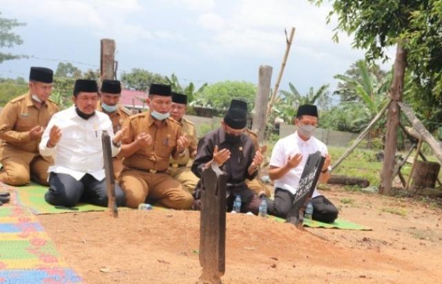Jarum jam sudah menunjukkan Angka 13.45 Wib, rangkaian kegiatan Isra Miraj di Desa Mandiangin Tuo usai. Cek Endra yang di dampingi oleh Tontawi, menyempatkan diri untuk mampir Ziarah di makam orang tua Bupati.