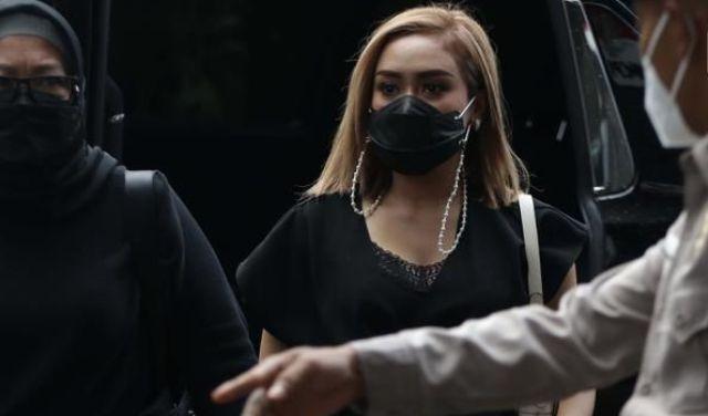Seorang Penyanyi dangdut Indonesia, Cita Citaa dipanggil KPK baru-baru ini. Hal tersebut, berkaitan dengan dugaan kasus korupsi Bansos yang menyeret nama Pejabat Pembuat Komitmen (PPK) Kemensos, Matheus Joko Santoso lalu.